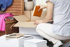 Frau packt Umzugskartons